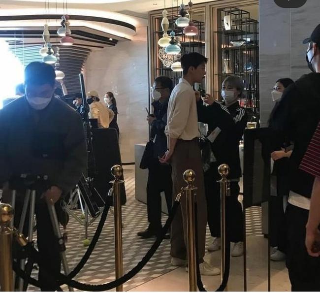 Ảnh chất lượng thấp nhưng nhan sắc Song Hye Kyo chất lượng cao: Làn da toả sáng, nổi bật tại hậu trường phim mới - Ảnh 4.