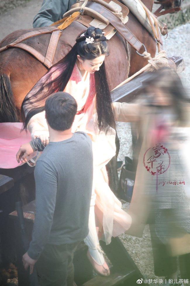Đang quay phim cùng Trần Hiểu mà Lưu Diệc Phi lộ ảnh chấn thương đến mức phải châm cứu cột sống cổ  - Ảnh 6.