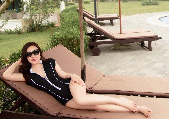 Diễn viên Phan Kim Oanh diện đồ bơi khoe làn da trắng bóc, eo thon gợi cảm - Ảnh 1.