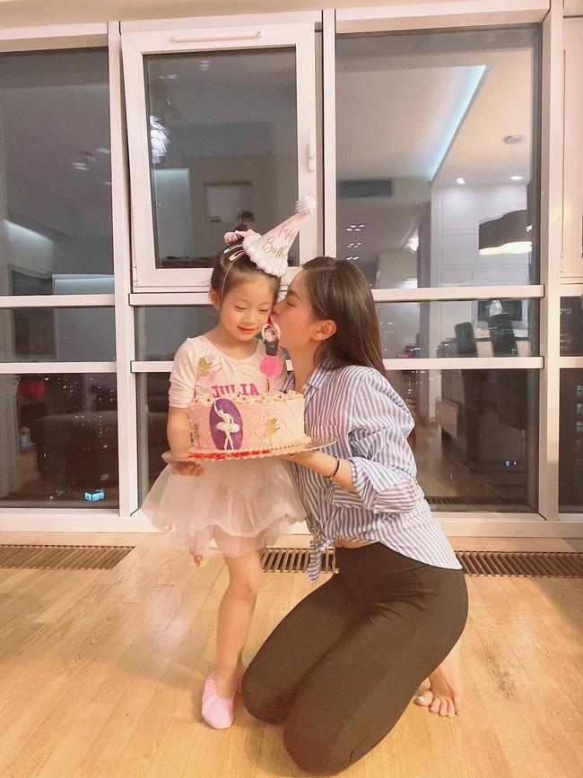 """Alpha Kid 5 tuổi nhà Á hậu Việt Nam diện bikini đôi cùng mẹ khoe chân dài nuột nà, dân mạng xuýt xoa: """"Con nhà tông không giống lông cũng giống cánh"""" - Ảnh 10."""