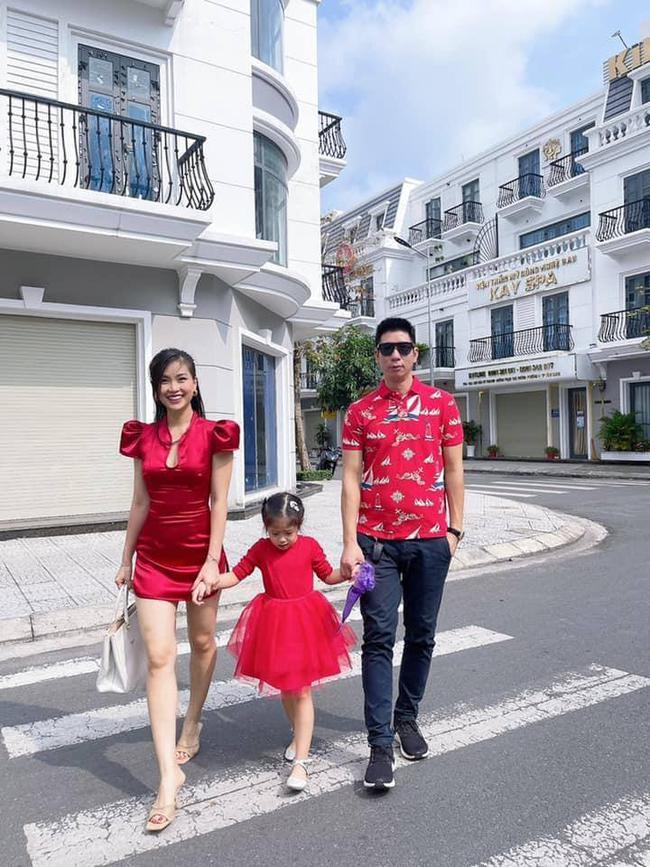 """Alpha Kid 5 tuổi nhà Á hậu Việt Nam diện bikini đôi cùng mẹ khoe chân dài nuột nà, dân mạng xuýt xoa: """"Con nhà tông không giống lông cũng giống cánh"""" - Ảnh 8."""