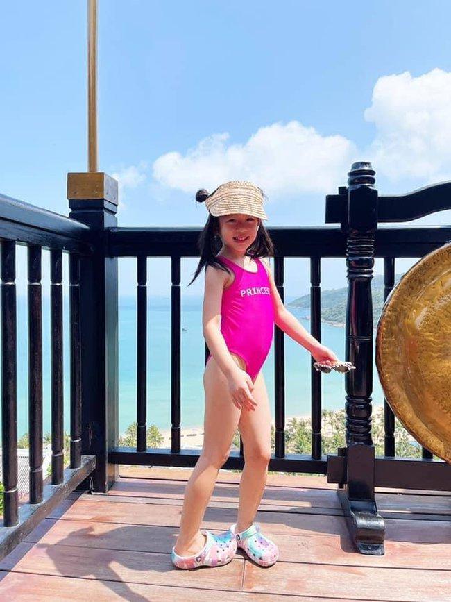 """Alpha Kid 5 tuổi nhà Á hậu Việt Nam diện bikini đôi cùng mẹ khoe chân dài nuột nà, dân mạng xuýt xoa: """"Con nhà tông không giống lông cũng giống cánh"""" - Ảnh 1."""