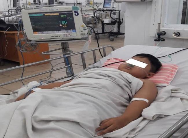 Bé trai 8 tuổi bị ngộ độc nặng khiến máu chuyển từ màu đỏ sang màu nâu - Ảnh 1.