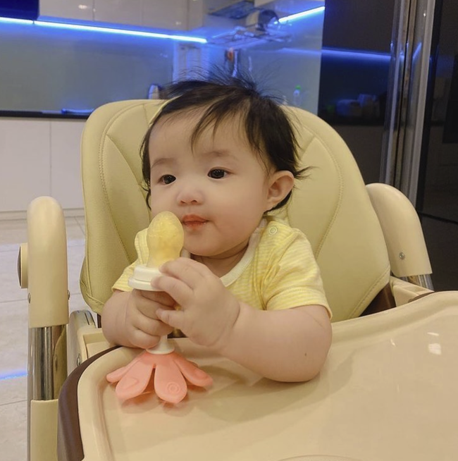Đúng là tiểu thư lá ngọc cành vàng, chỉ riêng ghế ăn mà Đông Nhi cũng sắm cho con hẳn 3 chiếc, xem giá càng choáng hơn - Ảnh 8.