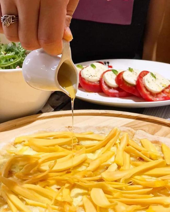 """Nhà hàng Việt cho ra mắt món """"Pizza mít chan mật ong"""" vừa nhìn thấy team giảm cân đã lắc đầu nuốt nước bọt  - Ảnh 3."""