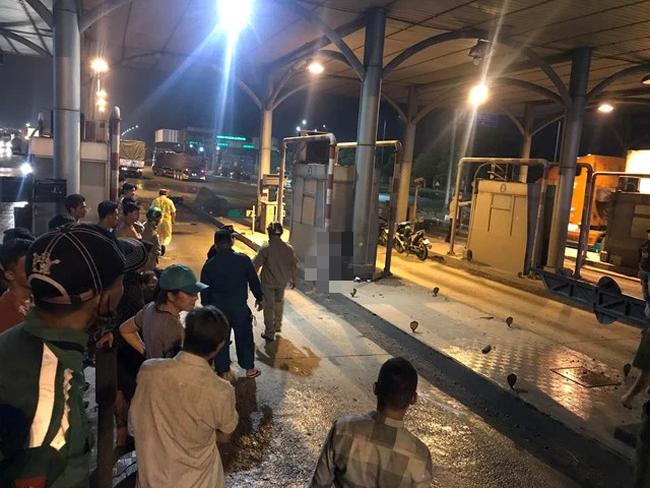 Tai nạn thương tâm, người chạy xe máy văng thẳng vào cabin trạm thu phí cầu Đồng Nai - Ảnh 1.