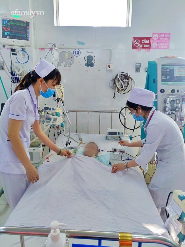 52 giờ lọc máu cứu bé trai 7 tháng tuổi bị tay chân miệng độ 4 nguy kịch tại bệnh viện tuyến tỉnh - Ảnh 1.