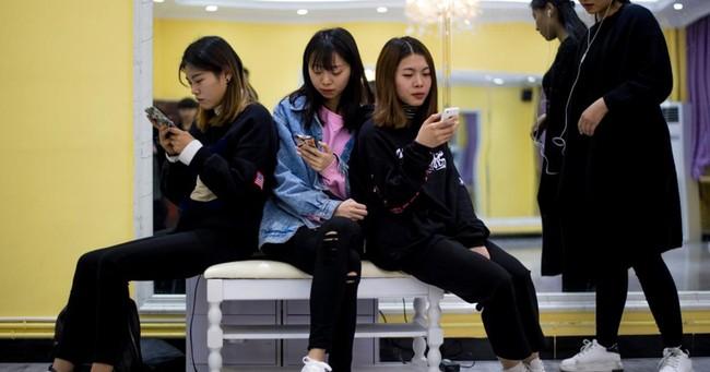 Thói sống xa xỉ của thế hệ gen Z của Trung Quốc: Ít tiết kiệm, tiêu tiền nhiều hơn số mình kiếm và không sợ nợ nần chồng chất - Ảnh 2.