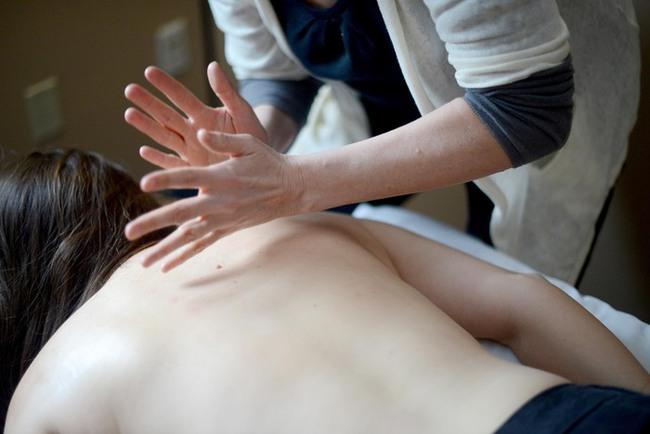 Đi massage bấm huyệt, người phụ nữ bỗng nhận được yêu cầu kỳ quái của nhân viên để rồi thất kinh khi phát hiện hành động gớm ghiếc của hắn ta - Ảnh 1.