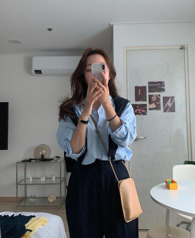 Hot hơn cả sơ mi trắng, chiếc áo màu xanh baby này đang phủ sóng  - Ảnh 3.