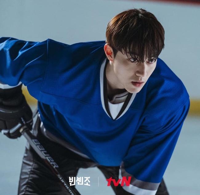"""Song Joong Ki cùng bạn gái Jeon Yeo Bin xuất hiện """"ngầu xỉu"""", chú ý nhất là màn đối đầu cực căng của 2 trai đẹp trong Vincenzo - Ảnh 5."""