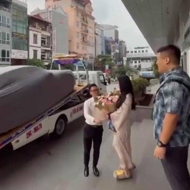Sau khi ăn hỏi, cô dâu được chồng sắp cưới tặng xe sang trước ngày lên xe hoa, biết giá trị món quà ai cũng phải trầm trồ! - Ảnh 2.