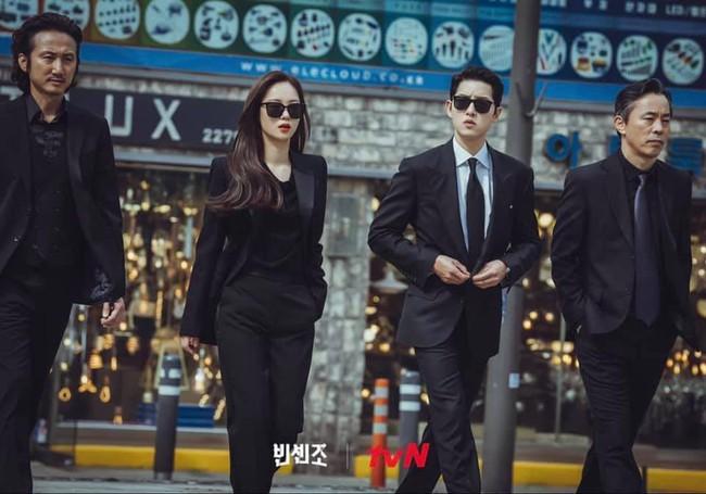 """Song Joong Ki cùng bạn gái Jeon Yeo Bin xuất hiện """"ngầu xỉu"""", chú ý nhất là màn đối đầu cực căng của 2 trai đẹp trong Vincenzo - Ảnh 3."""