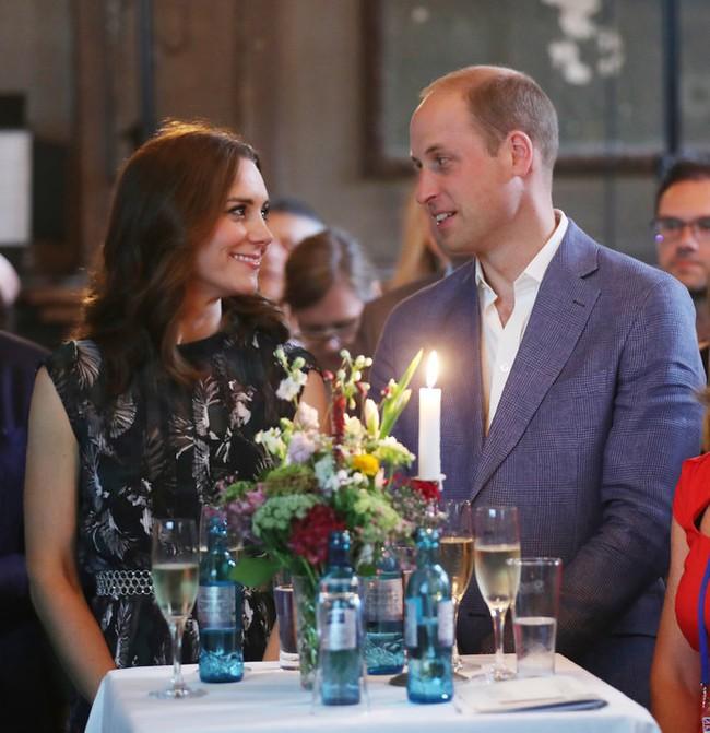 """Kỷ niệm 10 năm ngày cưới của nhà Công nương Kate: Một loạt khoảnh khắc """"tình bể bình"""" của cặp đôi chứng minh họ là một nửa hoàn hảo dành cho nhau - Ảnh 12."""