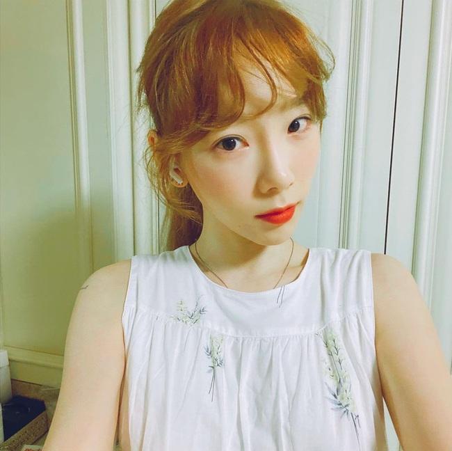 4 cách buộc tóc đẹp xuất sắc của Taeyeon: Kiểu nào cũng gọn mát, tăng level sành điệu cho nàng 30+ - Ảnh 4.