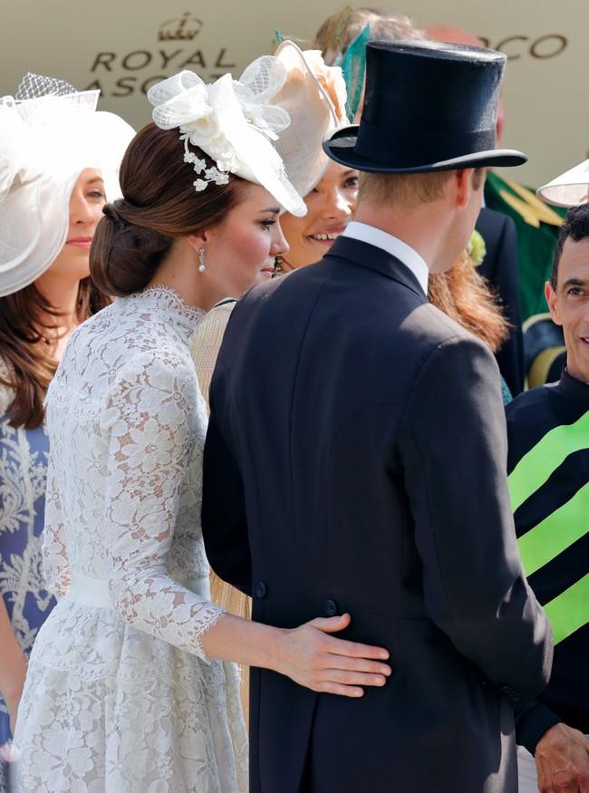 """Kỷ niệm 10 năm ngày cưới của nhà Công nương Kate: Một loạt khoảnh khắc """"tình bể bình"""" của cặp đôi chứng minh họ là một nửa hoàn hảo dành cho nhau - Ảnh 3."""