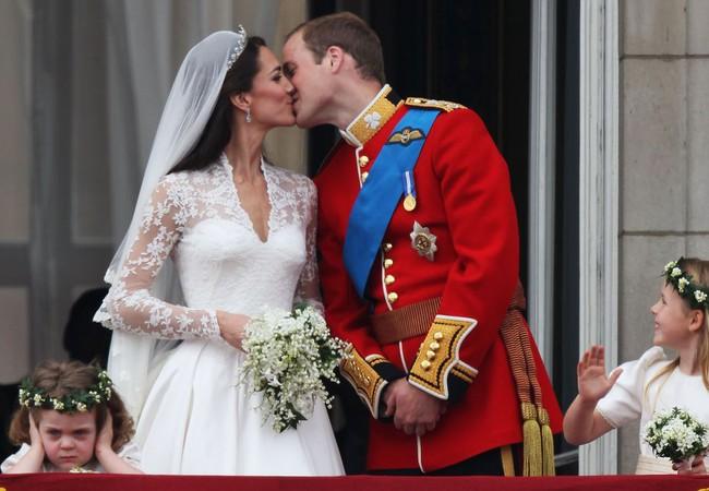 """Kỷ niệm 10 năm ngày cưới của nhà Công nương Kate: Một loạt khoảnh khắc """"tình bể bình"""" của cặp đôi chứng minh họ là một nửa hoàn hảo dành cho nhau - Ảnh 1."""