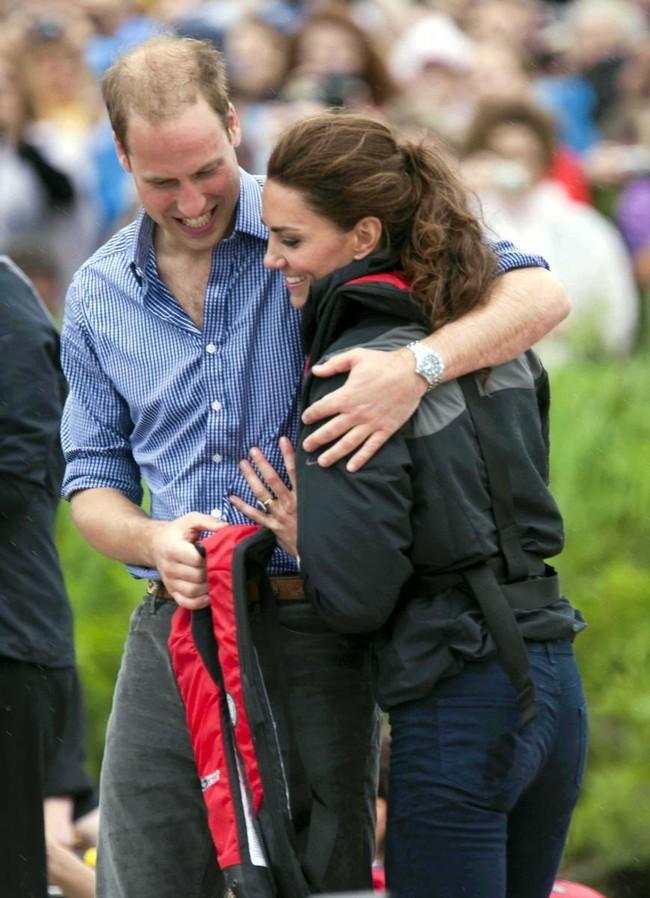 """Kỷ niệm 10 năm ngày cưới của nhà Công nương Kate: Một loạt khoảnh khắc """"tình bể bình"""" của cặp đôi chứng minh họ là một nửa hoàn hảo dành cho nhau - Ảnh 6."""