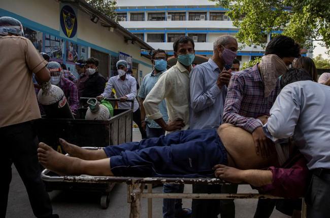 """Làn sóng Covid-19 khủng khiếp """"càn quét"""" Ấn Độ: Người chết gục trên xe 3 gác, kẻ trút hơi thở cuối cùng ngay trên cáng bệnh viện, không khí tang thương bao trùm khắp nơi - Ảnh 1."""