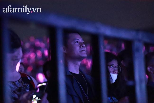 Đông Nhi - Hoàng Thùy Linh - Gil Lê nhiệt tình hò hét theo Mỹ Tâm trong liveshow đang diễn ra - Ảnh 8.
