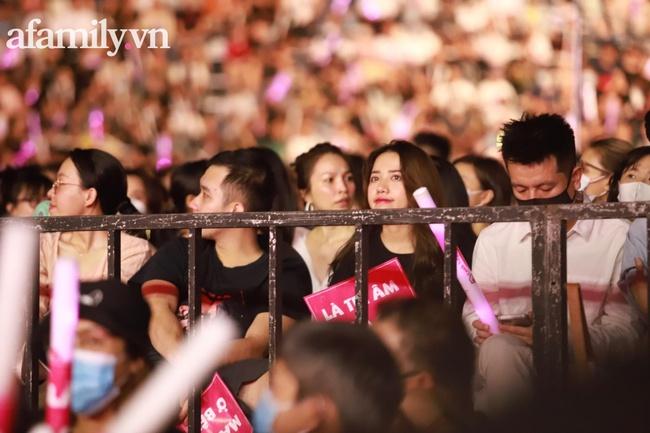 Đông Nhi - Hoàng Thùy Linh - Gil Lê nhiệt tình hò hét theo Mỹ Tâm trong liveshow đang diễn ra - Ảnh 7.