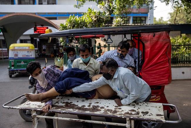 """Làn sóng Covid-19 khủng khiếp """"càn quét"""" Ấn Độ: Người chết gục trên xe 3 gác, kẻ trút hơi thở cuối cùng ngay trên cáng bệnh viện, không khí tang thương bao trùm khắp nơi - Ảnh 2."""
