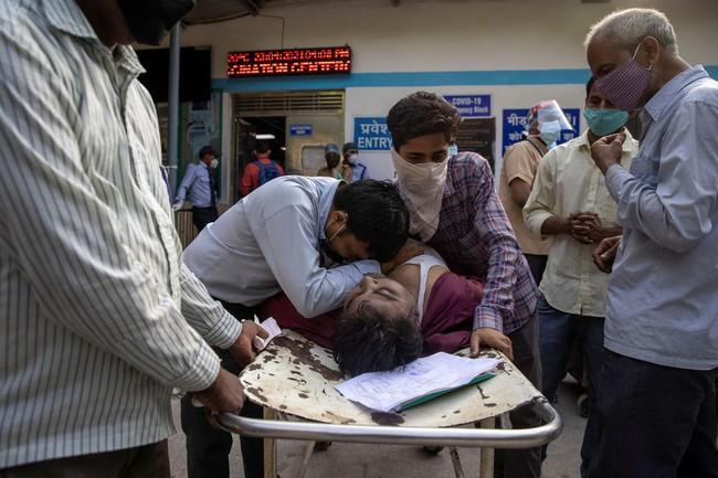 """Làn sóng Covid-19 khủng khiếp """"càn quét"""" Ấn Độ: Người chết gục trên xe 3 gác, kẻ trút hơi thở cuối cùng ngay trên cáng bệnh viện, không khí tang thương bao trùm khắp nơi - Ảnh 3."""