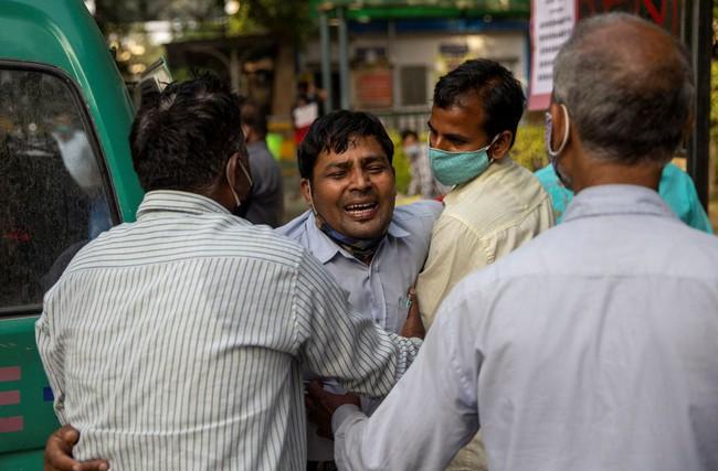 """Làn sóng Covid-19 khủng khiếp """"càn quét"""" Ấn Độ: Người chết gục trên xe 3 gác, kẻ trút hơi thở cuối cùng ngay trên cáng bệnh viện, không khí tang thương bao trùm khắp nơi - Ảnh 4."""