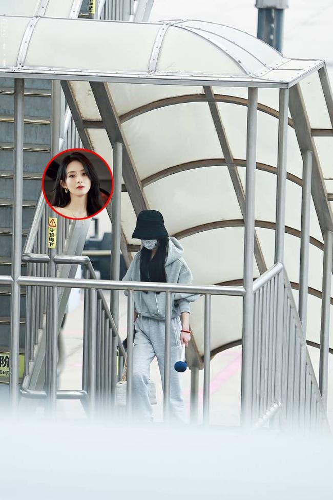 Triệu Lệ Dĩnh xuất hiện tại sân bay sau tuyên bố ly hôn, tay cầm một vật lạ khiến công chúng tò mò - Ảnh 2.