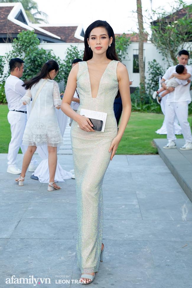 """Dàn sao diện cây trắng sang trọng, Hoa hậu Đỗ Thị Hà và Jennifer Phạm bỗng """"lạc quẻ"""" với tông màu nổi bật - Ảnh 2."""
