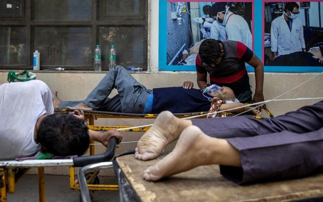 """Làn sóng Covid-19 khủng khiếp """"càn quét"""" Ấn Độ: Người chết gục trên xe 3 gác, kẻ trút hơi thở cuối cùng ngay trên cáng bệnh viện, không khí tang thương bao trùm khắp nơi - Ảnh 6."""
