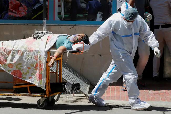 """Tình hình dịch Covid-19 tại Ấn Độ: Bệnh viện """"vỡ trận"""" vì cạn kiệt oxy, hàng nghìn người tuyệt vọng kêu cứu - Ảnh 3."""