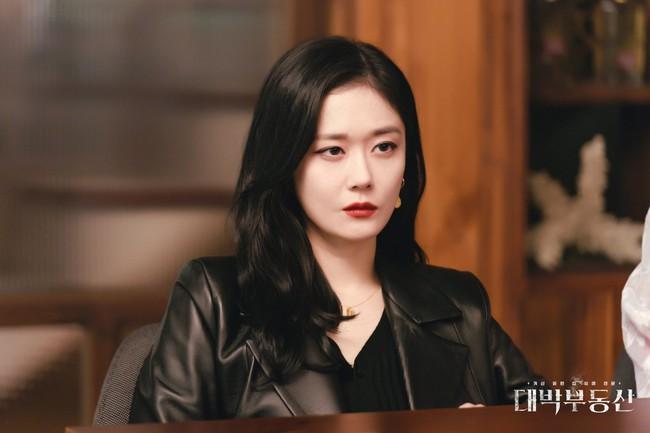 """Jang Nara chạm đỉnh nhan sắc trong phim mới, mặt baby vậy mà vẫn cân được style sang chảnh """"ngầu đét""""  - Ảnh 7."""