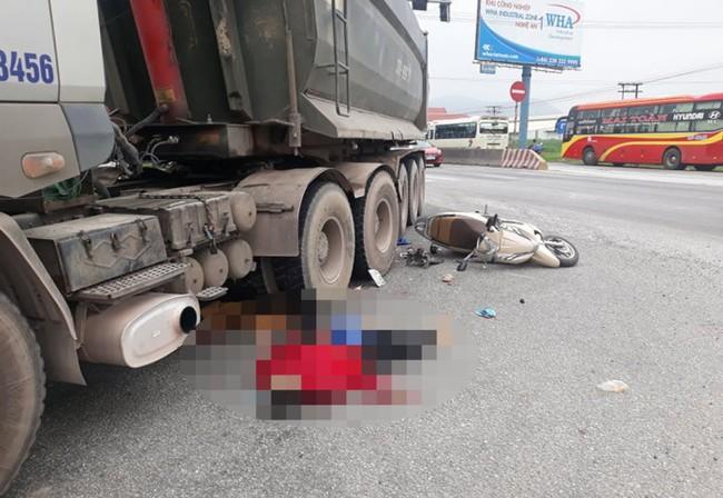 Nghẹn lòng chứng kiến cảnh bé trai 5 tuổi khóc nức nở bên vệ đường khi chứng kiến mẹ và chị gái tử vong dưới gầm xe tải - Ảnh 1.