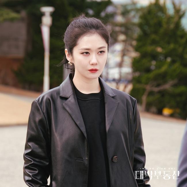 """Jang Nara chạm đỉnh nhan sắc trong phim mới, mặt baby vậy mà vẫn cân được style sang chảnh """"ngầu đét""""  - Ảnh 4."""