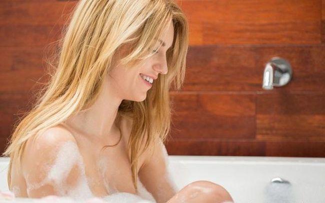 """Phụ nữ khi đi tắm, tốt nhất nên """"nhịn"""" những việc này để bảo vệ sức khỏe - Ảnh 1."""
