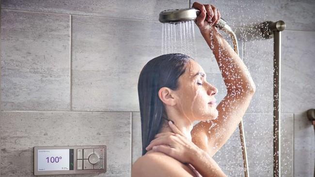 """Phụ nữ khi đi tắm, tốt nhất nên """"nhịn"""" những việc này để bảo vệ sức khỏe - Ảnh 2."""