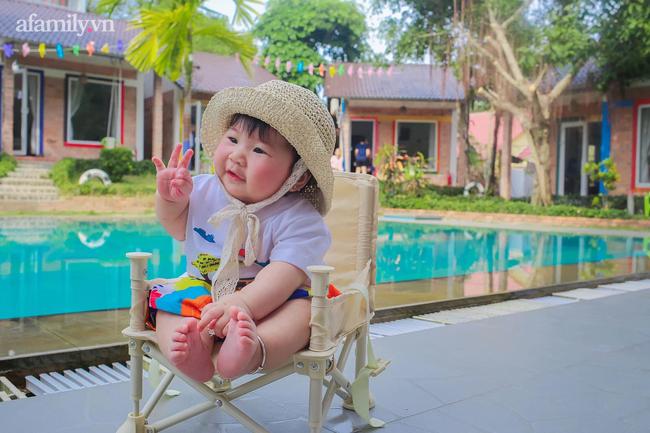 """Dân mạng """"xỉu ngang xỉu dọc"""" với loạt ảnh em bé check-in khắp Phú Quốc, nhìn là muốn bay ngay vào đảo Ngọc! - Ảnh 3."""