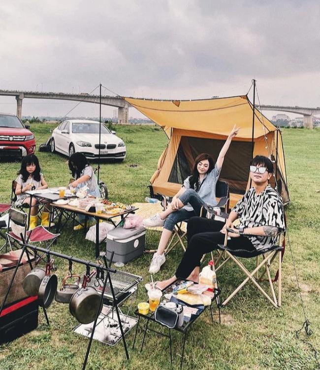 Hội chị em phát sốt vì loạt ảnh cắm trại đẹp lung linh của gia đình hot mom Ngọc Mon, ai cũng bất ngờ vì địa điểm ven sông ngay giữa lòng Hà Nội - Ảnh 1.
