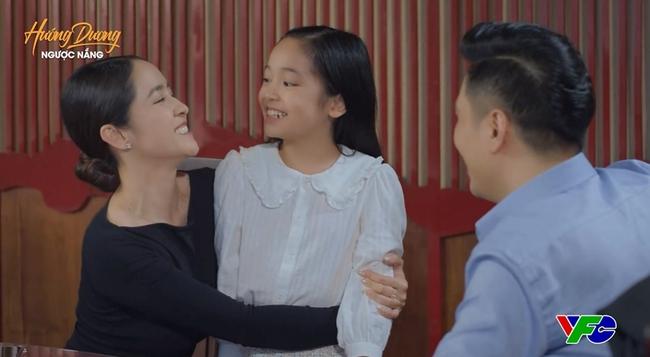 """Hướng dương ngược nắng: Mẹ Cami chính thức lên sóng, gia đình 3 người hạnh phúc nhưng fan thấy cứ """"sai sai"""" - Ảnh 2."""