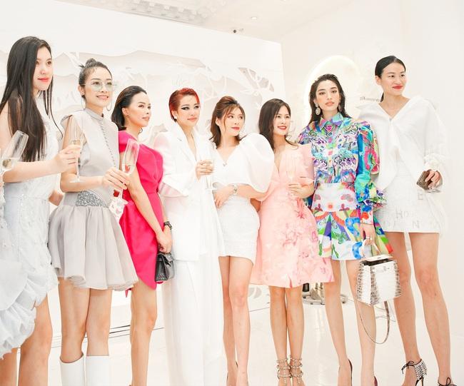 Quỳnh Nga, Huyền Lizzie diện trang sức cả trăm triệu, đọ sắc cùng dàn Bông hậu Vbiz tại sự kiện thời trang - Ảnh 1.