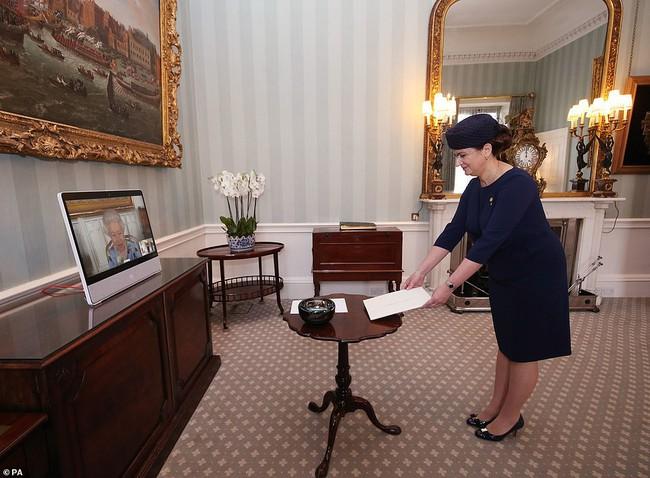 Nữ hoàng Anh lần đầu xuất hiện công khai sau tang lễ của chồng, nhà Meghan Markle tranh thủ ra thông báo quan trọng - Ảnh 2.