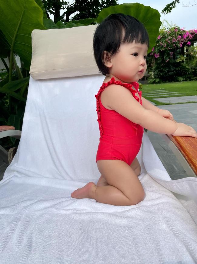 Bé Suchin nhà Cường Đô La mới 9 tháng tuổi đã cực sành điệu, được mẹ sắm cả bộ sưu tập áo bơi đi biển nhìn mà mê - Ảnh 2.