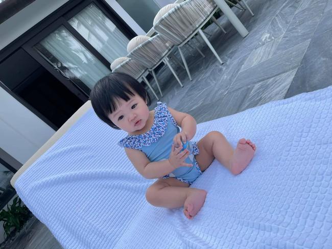 Bé Suchin nhà Cường Đô La mới 9 tháng tuổi đã cực sành điệu, được mẹ sắm cả bộ sưu tập áo bơi đi biển nhìn mà mê - Ảnh 1.