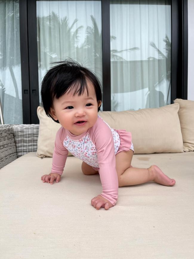 Bé Suchin nhà Cường Đô La mới 9 tháng tuổi đã cực sành điệu, được mẹ sắm cả bộ sưu tập áo bơi đi biển nhìn mà mê - Ảnh 3.