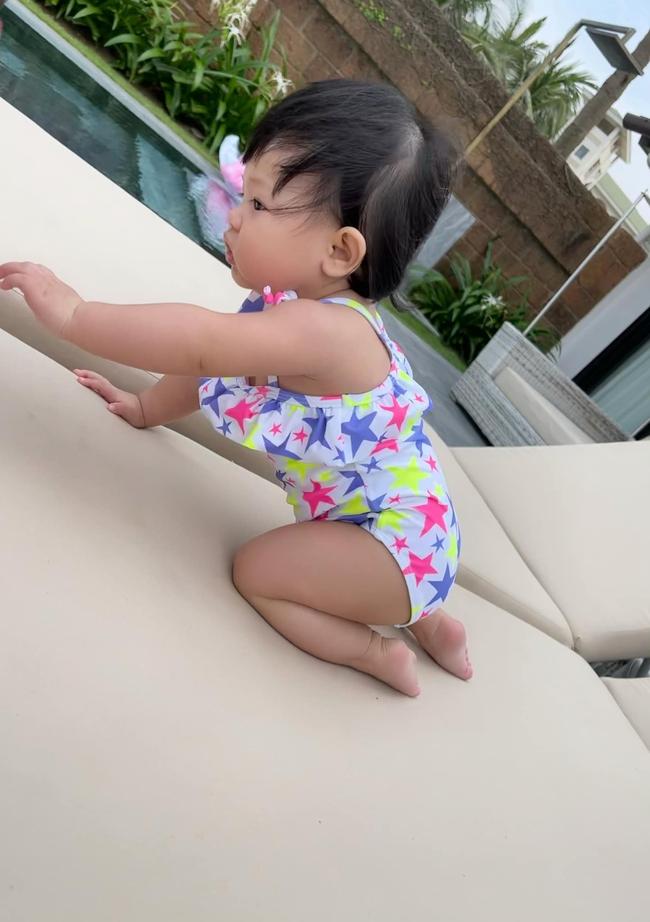 Bé Suchin nhà Cường Đô La mới 9 tháng tuổi đã cực sành điệu, được mẹ sắm cả bộ sưu tập áo bơi đi biển nhìn mà mê - Ảnh 4.