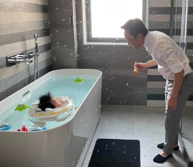 Nhóc tỳ nhà sao Việt mới vài tháng tuổi đã được đi spa, bơi lội, tập yoga các kiểu, hội Alpha Kid sướng thật chứ chẳng đùa - Ảnh 8.