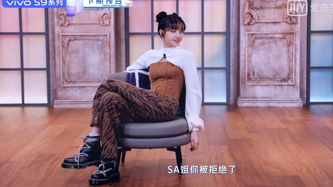 Thanh xuân có bạn 3: Lộ hình cưng xỉu của Lisa (BLACKPINK), còn chu môi hôn mèo khiến netizen phát cuồng - Ảnh 1.