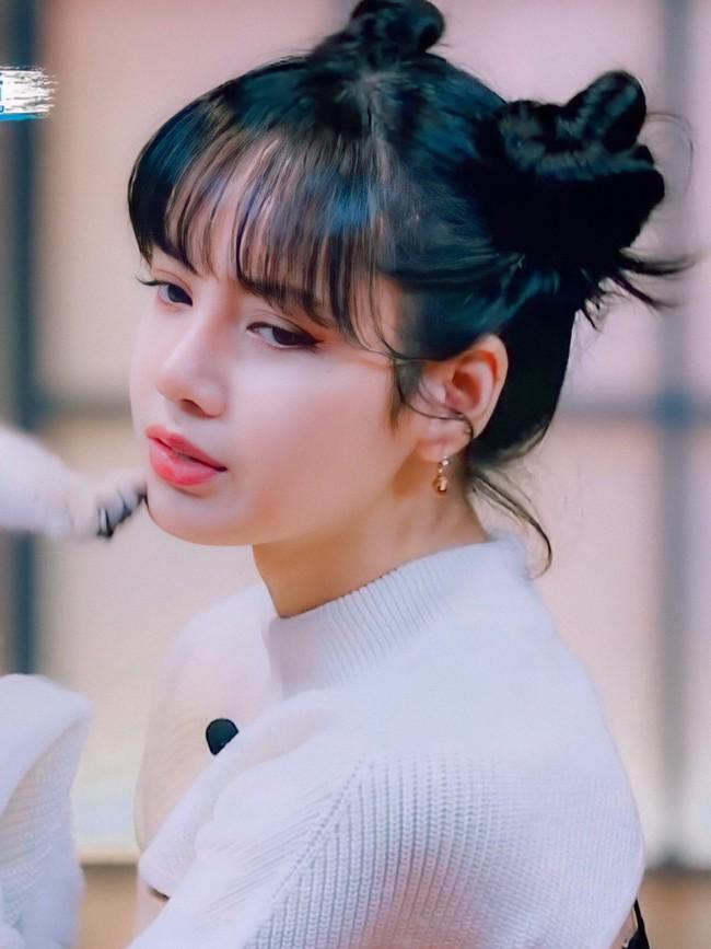 Thanh xuân có bạn 3: Lộ hình cưng xỉu của Lisa (BLACKPINK), còn chu môi hôn mèo khiến netizen phát cuồng - Ảnh 6.