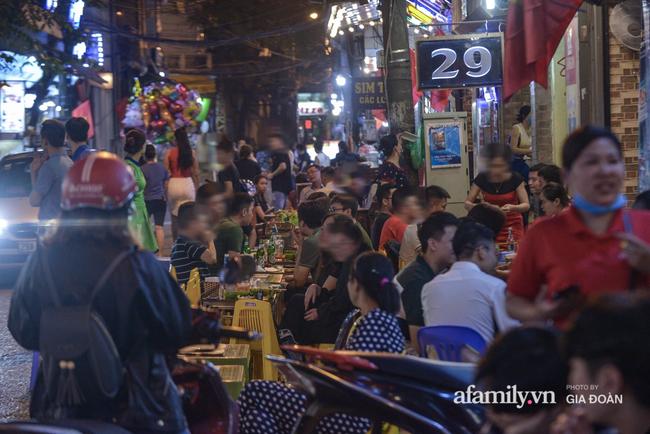 Phố Tạ Hiện tấp nập đón khách tới nửa đêm, rất nhiều người thờ ơ với việc đeo khẩu trang - Ảnh 5.